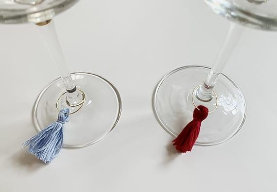 2 copas de vino con borlas de vino.